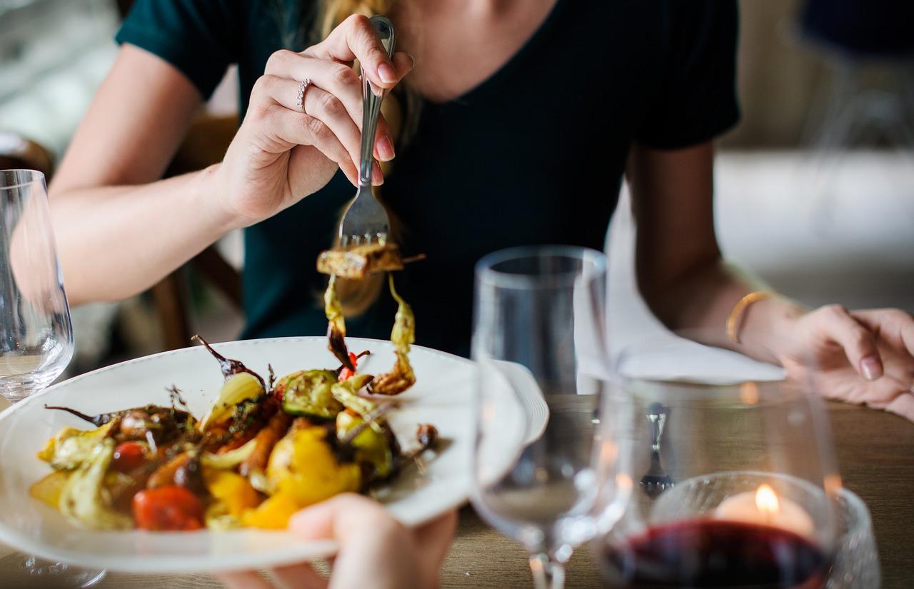 Hindari Kebiasaan Makan Ini Saat Berkunjung ke 10 Negara Berikut 1