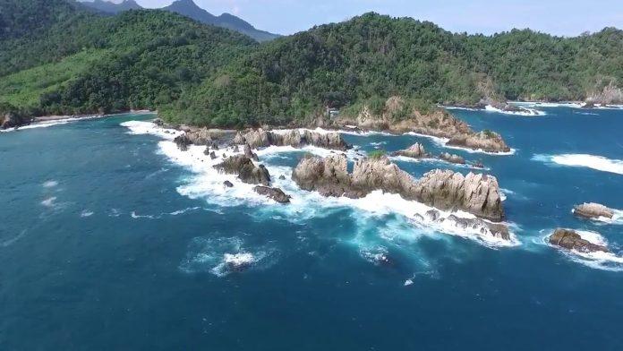 Pantai Karang Gigi Hiu di Lampung