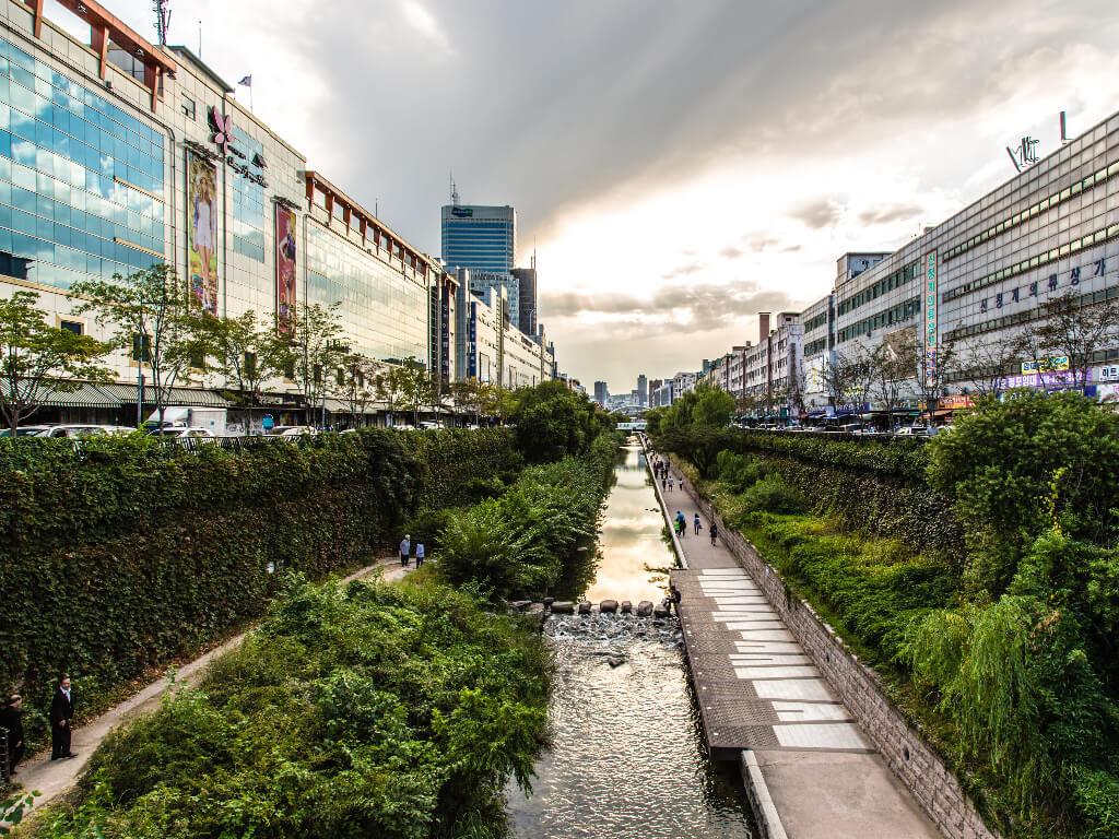 Cheonggyecheon Stream Tawarkan Ketenangan Alami di Tengah Kota Seoul 1